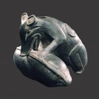 Sculpture EFFIGY VESSEL OF A TLACUACHE EATING A CALABASH de la Galerie Mermoz